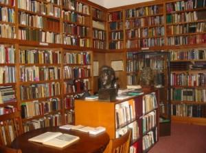 مكتبة يوجد فيها .....جميع أنواع الكتب .....سياسية .تاريخية .فنية .كل انواع الكتب