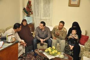صور الاعلامى طارق علام فى برنامج كلام من دهب مع أسرة طفلة تم أختطافها بالحضان